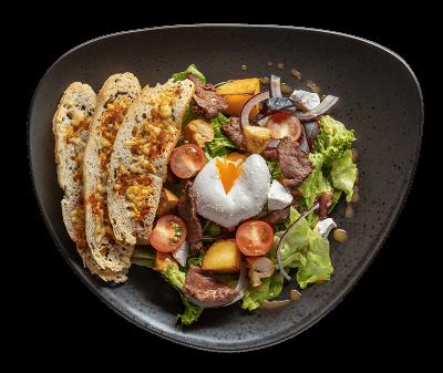 Теплий салат з яловичиною та яйцем пашот